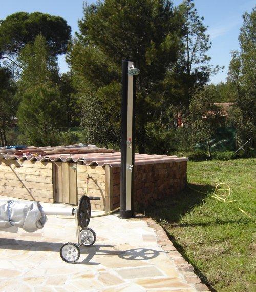 douche d 39 exterieure gag ou r alit pour une solaire piscines plages. Black Bedroom Furniture Sets. Home Design Ideas